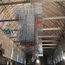 « Les Robes du temps », de l'artiste québécoise Carole Simard-Laflamme, exposées à l'église d'Illiers-Combray.