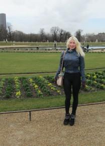 Moi-même, au Jardin du Luxembourg, arrivée depuis peu à Paris pour un séjour de recherche de trois mois, dans le cadre de mon doctorat sur Proust.